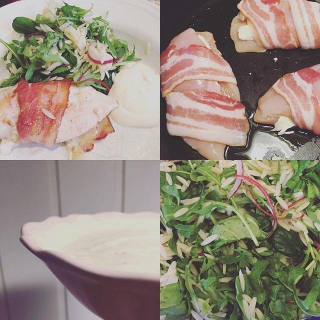 Baconsurret kyllingfilèt fylt med brie til middag babyleaf-mix med risoni og rødløk med klementinbåter til tilbehør samt en kesamdressing med hvitløk og chilisaus #såhimlagodt #middag #dinner #chicken #brie #babyleaf #salad #bacon #cheese #kesam #chili #feta #fetacheese #bacon #kyckling #chicken