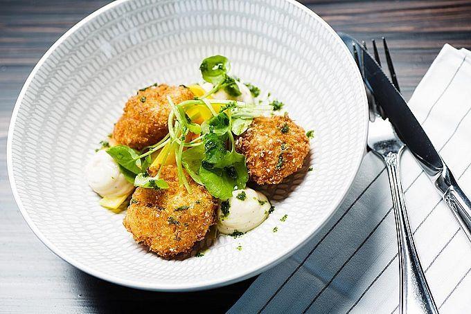 Har du långt kvar till löning och ett obotligt sug efter att äta middag ute? Restaurangupplevelser kan sätta guldkant på vardagen, inte minst när de är riktigt prisvärda. Här letar vi rätt på Stockholms middagsrestauranger som erbjuder genomt...