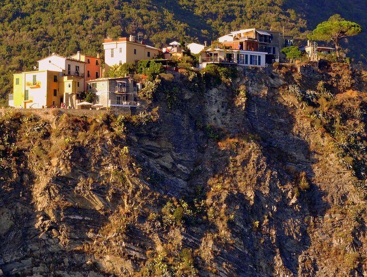 Cinque Terre a strapiombo sul mare di un manipolo di case che gode di un panorama unico sul mare ligure. B&B in regione Liguria qui http://bedandbreakfast.place/it/bb-liguria