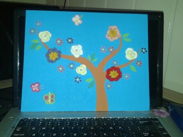 Schilderij boom met gehaakte bloemetjes