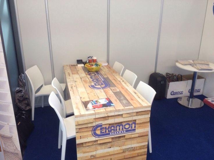 Een goed gesprek op de #beurs? Brand the table! #print op #hout