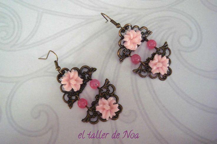 Pendientes de flores y ágatas en clave de rosa, ref. sbi16008 de la Col. Sortilege Boucle. Una colección de filigranas florales para amantes de los pendientes largos y con diseño retro y a la vez atrevido. Los puedes encontrar en nuestra tienda on-line www.eltallerdenoa.com #bisutería #bijuteria #jewelry #hechoamano #fetama #handmade  #bisuteríafina #joieriafina #finejewelry #joyas #joies #jewels #pendientes #arracades #earrings #pendienteslargos #arracadesllargues #longearrings #filigrana…
