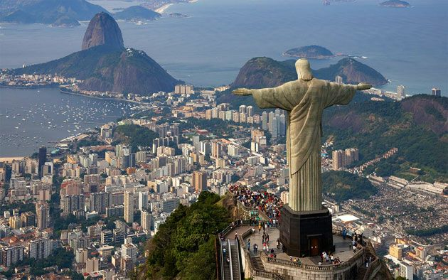 Het beeld Cristo Redentor is 38 meter hoog en weegt 1145 ton. Het staat boven op de 710 meter hoge berg Corcovado, vanwaar het waakt over Rio de Janeiro. De spanwijdte van de armen is 28 meter. Het moet een enorme operatie zijn geweest om alles te vervoeren naar Brazilie tot bovenop de 710 meter hoge berg Corcovado.