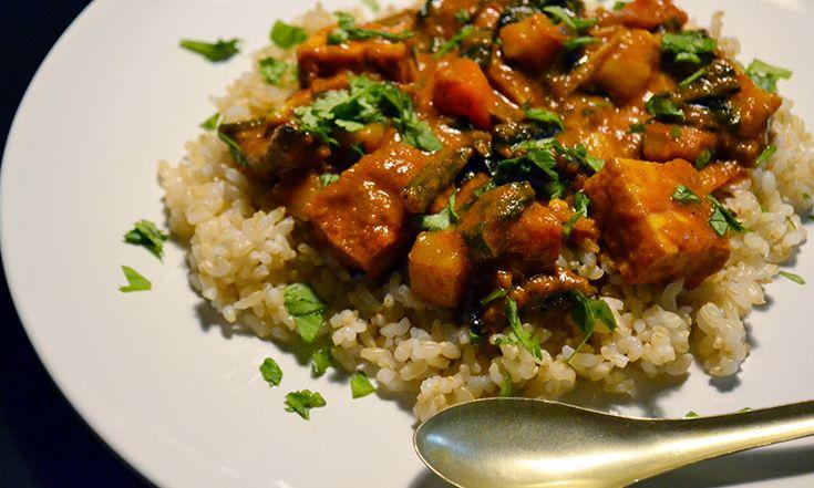 Kitchen of Indiaのカレーソースで作るVegetable Korma –にんじん  玉ねぎ  マッシュルーム  さつまいも  ほうれん草  厚揚げ  Kitchen of Indiaのコルマソース  パクチー  切った野菜を10分茹でる  フライパンに、油(ココナッツオイル)を熱し、厚揚げと1の野菜を入れて、高温で2~3分炒める  Kitchens of Indiaのコルマソースを1瓶加えて沸騰させ、ふたをして、時々混ぜながら、野菜が調理されるまで約15分煮込む  調理中、必要に応じて水やココナッツミルクを加える  パクチーをのせ、ナンやご飯と一緒に食べる