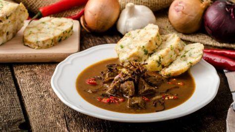 Pokud bychom měli vybrat typicky české jídlo, bude to asi nějaká omáčka s knedlíkem. Není to zrovna hit zdravé výživy podle současných trendů, ale co naplat? Všichni jsme na nich vyrostli a většina z nás je stále, alespoň v koutku duše, miluje :)