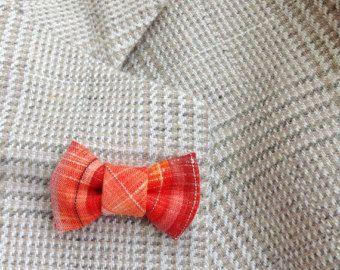Grüne, schwarze und gold Hanf Blatt Boutonniere für elegante Damen und Herren, im japanischen Tsumami Kanzashi Stil gemacht! Habe ich einen grüne afrikanischen Baumwolle dieses Cannabisblatt zu machen, eine Eisperle Obsidian Münze in die Mitte geklebt, und alles auf ein Unentschieden Tack mit einem eng sitzenden montiert Kautschuk zurück. Anzug, Blazer, Weste, Hut, Jacke oder Sakko ergänzt.  Kanzashi Blumen und Blätter bestehen aus gefaltetem Stoff Quadrate, ein Blütenblatt zu einem…