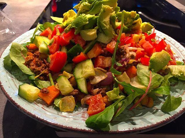 Mat!! Det är verkligen härligt att äta goda fräscha grönsaker❤️. Stekte lätt/värmde texmex nötfärs (5%) med lök, vitkål, morot, svart ris och rostade kikärtor. Toppar med paprika, tomat, gurka och avokado. BAM562 kcal varav 39 g protein, 54 g kolhydrater, 21 g fett. #fitfam #följplanen #bestversionofme #flexibledieting #iifym