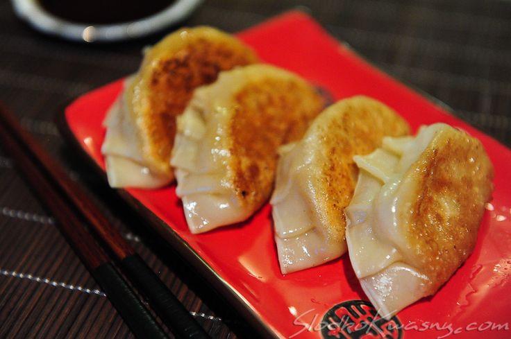Zasmakowaliśmy w tych bardzo popularnych pierożkach w Japonii, na zatłoczonych ulicach Tokyo. Kto zresztą mógłby się oprzeć aromatycznym i kruchym pierogom :). Zawsze są podawane jako przystawka - po kilka sztuk na małym talerzyku. Przyrządzane są po japońsku, chociaż sami…