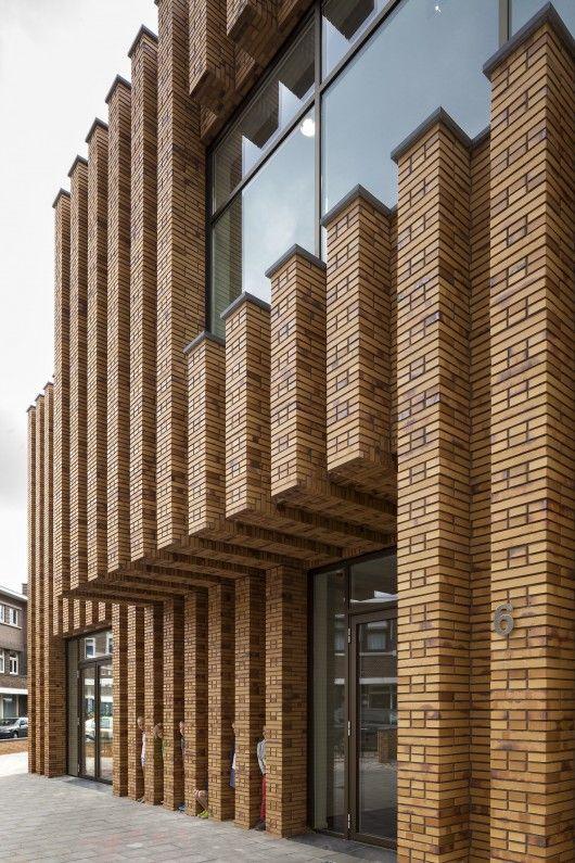 Montessori School Waalsdorp / De Zwarte Hond vertical brick pier
