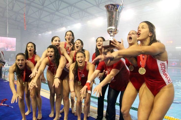 To σήκωσε ο Ολυμπιακός !. Πρωταθλήτριες Ευρώπης οι γυναίκες στο πόλο.