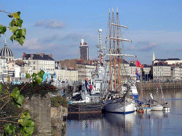 Nantes — Le Marité amarré au quai Ernest-Renaud, à proximité du quai de la Fosse, avec le dôme de l'église Notre-Dame de Bon-Port, la tour Bretagne et le clocher de la basilique Saint-Nicolas à l'arrière-plan.
