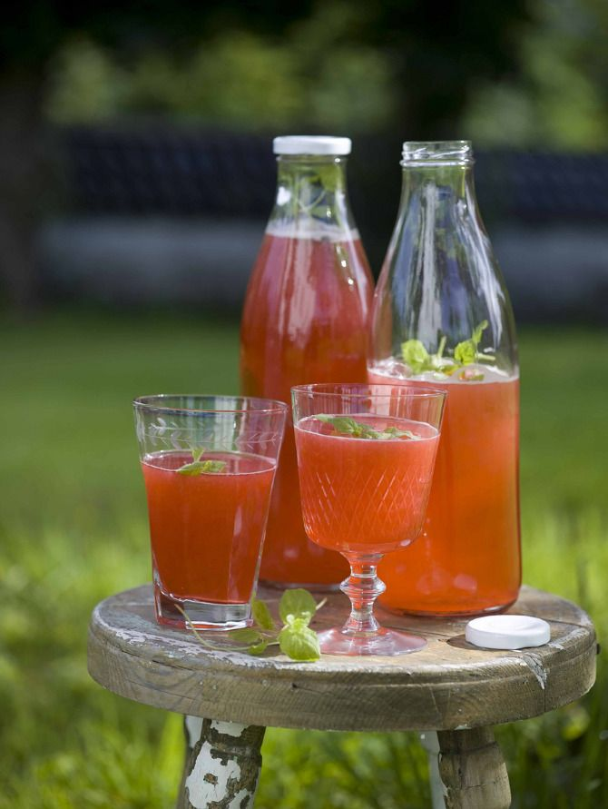 Summer drink with strawberries, raspberries and mint. Styling: Hege Jørgensen. Photo: Thor Brødreskift.