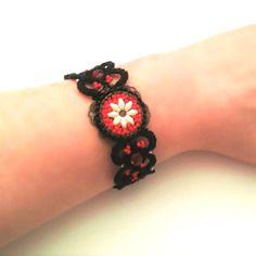 Bracelet dentelle noir, bracelet en frivolité tissé, perles rocaille rouge, noir, blanche fermeture toggle rond