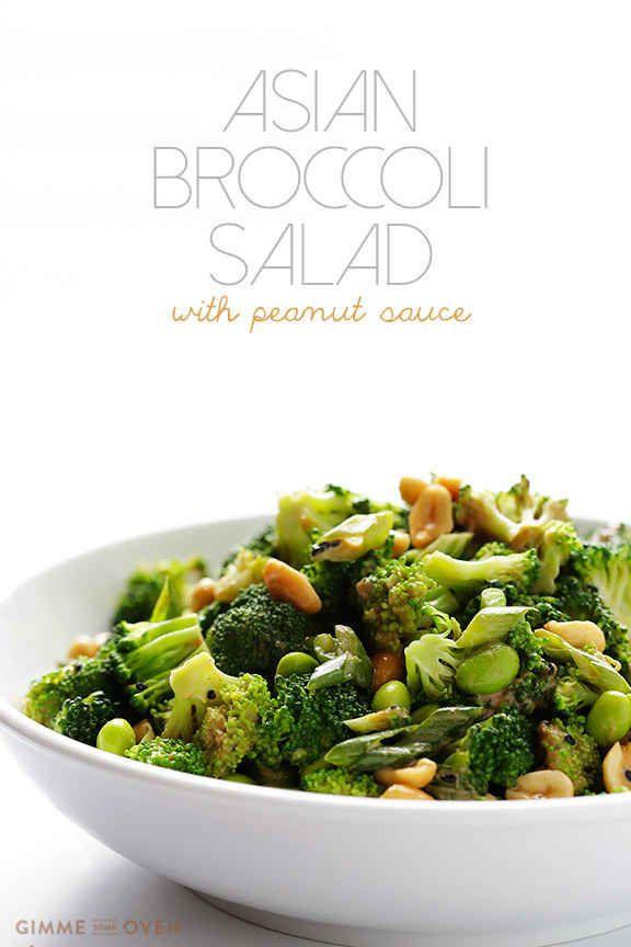 Ensalada de brócoli asiática con salsa de maní.