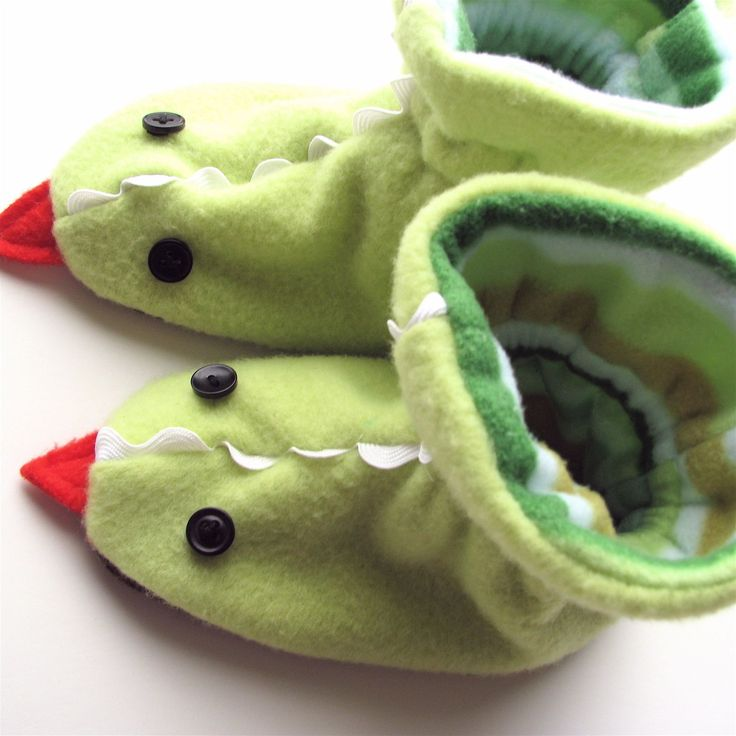 """I thought I'd kick off our month of boy with a tutorial for these extracute dragon slippers. Elliot is really into monsters and dragons lately. When he asks me to tell him a story at night, the usual request is for the kind I make up about """"Prince Elliot and his friend Drew the Dragon.""""Read more..."""