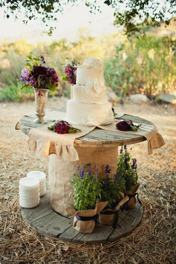idée comment customiser un touret bois, un gâteau, décoration de bouquets de fleurs pour un mariage en plein air