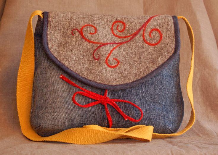 Eine alte Jeans, ein zu heiß gewaschener Pullover, Nadelfilz...Nähmaschine...Tasche fertig