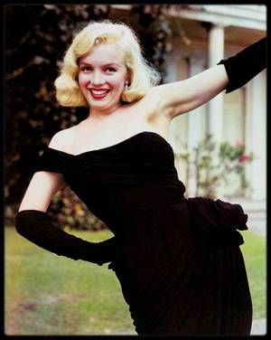 """Automne 1949 / Tournage du film """"The Asphalt jungle"""" de John HUSTON (film qui sortira en 1950), qu'elle retrouvera dix ans plus tard pour """"The misfits"""" ; Durant toute la durée du tournage, Marilyn refusa de jouer la moindre scène sans Natasha LYTESS. Le résultat fut absolument fabuleux, malgré la présence continuelle de Natasha sur le plateau. Aux dires de HUSTON et HORNBLOW, après chaque prise de vue, Marilyn consultait du regard son professeur, et cette dernière hochait ou secouait la tête…"""