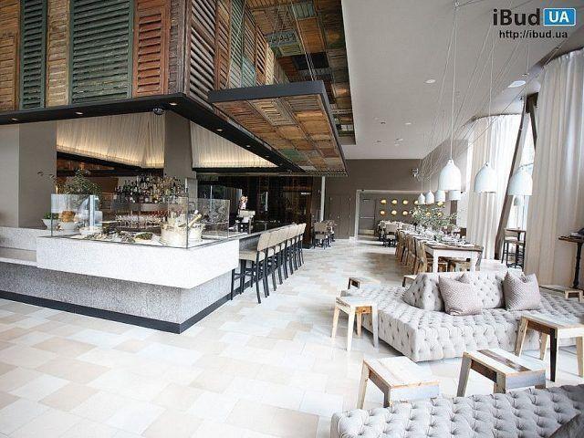 На фотографии показан дизайн молодежного ресторана. Пространство ресторана разделили на две зоны. Вдоль остекленной стены разместили столики а другую часть выделили для барных стоек. Около остеклен...
