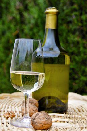 On produit dans le Jura un vin bien particulier, unique au monde, doté d'une personnalité folle et capable d'accords somptueux à table. C'est le vin jaune (Château-Chalon étant une appellation particulière de vin jaune), un vin à la vinification très particulière…  Le vin jaune est considéré comme l'un des plus grands vins du monde. Château-Chalon est son vignoble natal mais il est également produit en appellation Arbois, L'Étoile et en Côtes du Jura. Sa couleur est jaune or, d'où son nom.