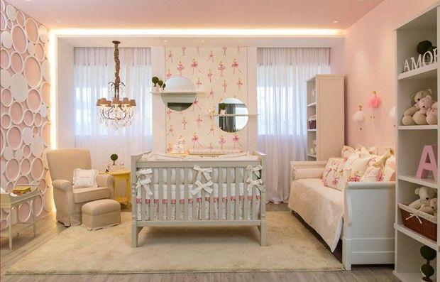 O berço é peça principal da decoração deste quarto infantil de 17 m². Rosa claro e branco são os tons protagonistas para um ambiente romântico.  Veja mais 13 quartos!