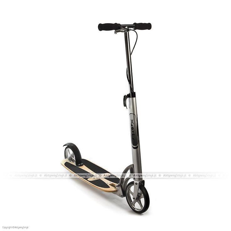 Hulajnoga Xootr Ultra Cruz dla Aktywnych Starszaków posiada bardzo szeroki i bardzo długi podest, na tyle duży, że spokojnie zmieszczą się dwie pokaźnych rozmiarów stopy. Hulajnoga Xootr Ultra Cruz została wyposażona w podest z lakierowanej sklejki z antypoślizgową okleiną, maksymalne obciążenie tej hulajnogi to 136 kg, waga 5,2 kg.