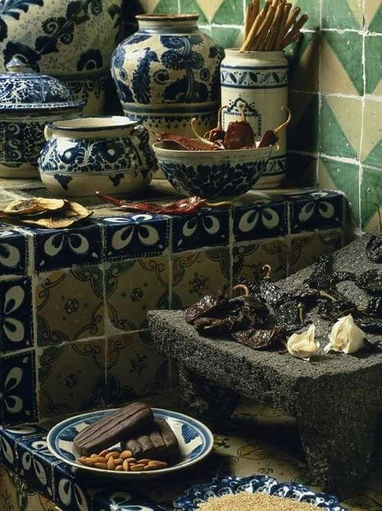 Cocina tradicional mexicana, mole, talabera, metate