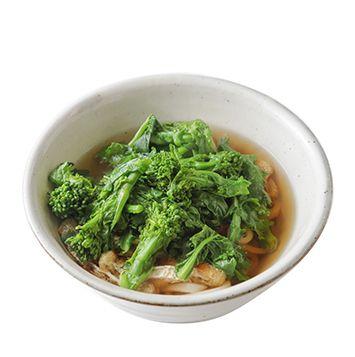 菜の花うどん 菜の花  …1/2束 油揚げ  …1枚 うどん(冷凍)  …2個 ダシ(鰹節、昆布)  …4カップ 塩  …小さじ1弱 みりん  …小さじ2 醤油  …小さじ2 ショウガ…(すりおろす)  …小さじ2 鰹節  …ひとつかみ 菜の花は手でちぎって調理するのが内田さんのひと手間。菜の花は、つぼみ、葉、茎の部分に分ける。包丁で切るよりも苦味やアクが出ずに、美味しく楽しめるんだそう。