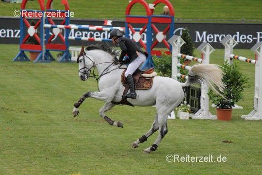 Warum buckeln Pferde?  http://reiterzeit.de/warum-buckeln-pferde/ (Foto: Michael Whitaker u. Cassionato - by Reiterzeit.de / Meike Rath)