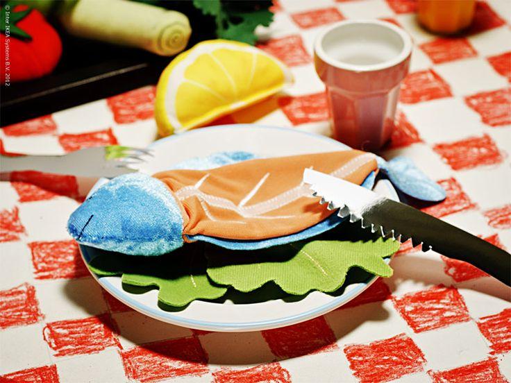 Välkommen till Lilla Restaurangen! Det här är förmodligen den bästa bistron i kvarteret, nyöppnad för kvällen och för de flesta fortfarande en oupptäckt pärla. Ombonat och personligt, lite franskt och sådär lagom rustikt. Här serveras gästerna rykande färsk fisk garnerad med färggranna grönsaker, som sig bör på rutig duk och med allra finaste porslinet.