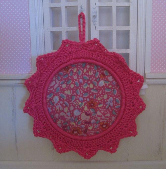 Petit cadre fuchsia avec bordure au crochet : Décorations murales par atelier-crochet