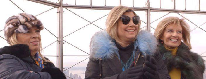María Teresa Campos y sus retoños,TereluyCarmenhan triunfado comprando imitaciones de bolsosy zapatos de lujo en Nueva York. En su docu-realitysobre 'Las Campos' en la Gran Manzana también se...