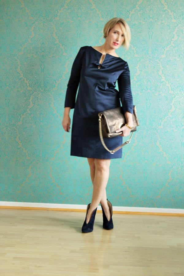 Blaues Seidenkleid, Stiefeletten, Zeitumstellung, Kleider im Herbst, Outfit, Ü40 Mode