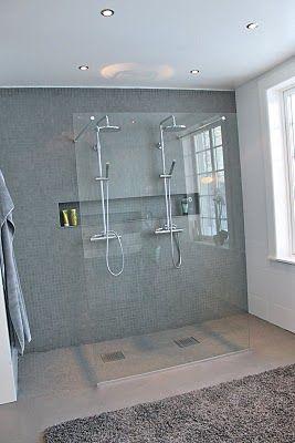 Dubbla duschar och nisch för schampoflaskor