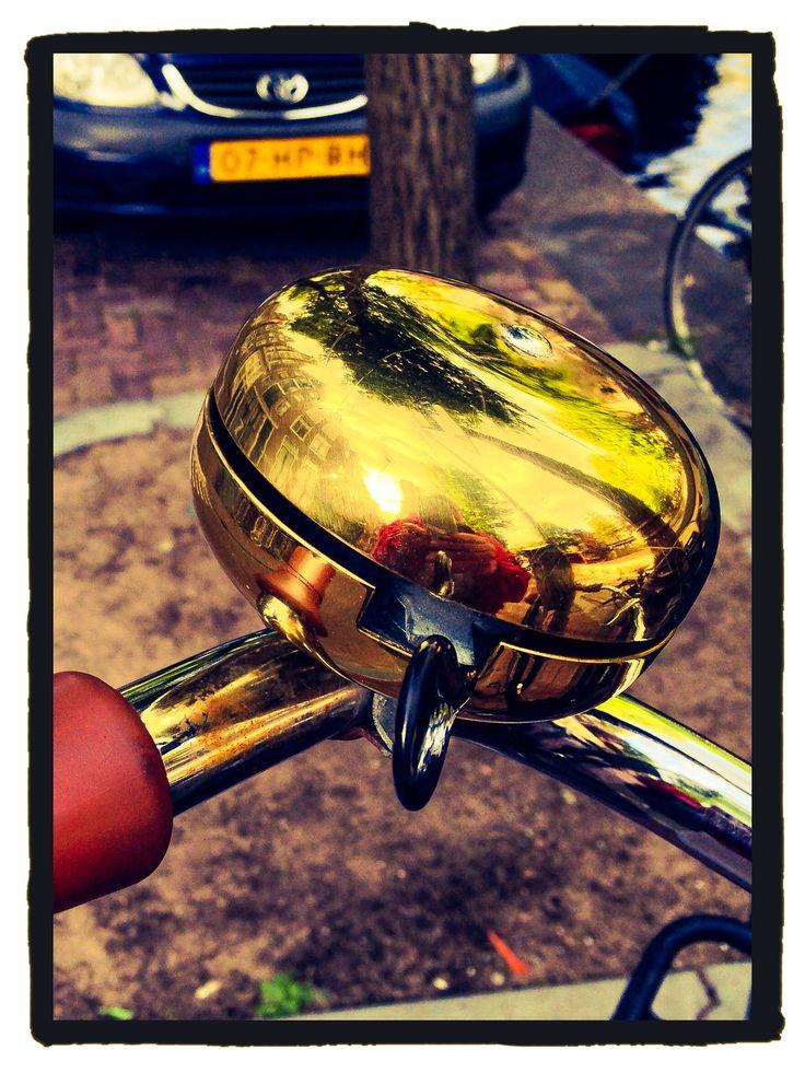Timbre de una de las múltiples bicis de Amsterdam. timbre van een van de vele fietsen in Amsterdam