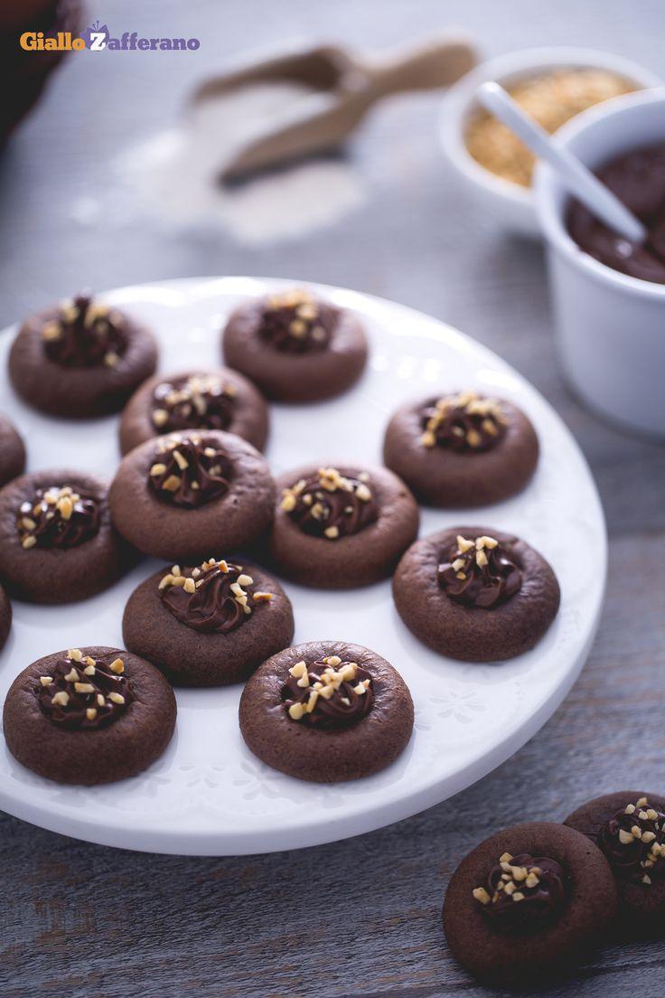 I #Nutellotti (nutella thumbprint cookies) sono caratterizzati da un cuore cremoso, avvolto da un impasto morbido, a cui è davvero difficile resistere ;) #ricetta #GialloZafferano #italianfood #italianrecipe #biscotti
