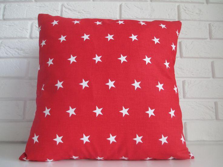 Poduszka w białe gwiazdki.