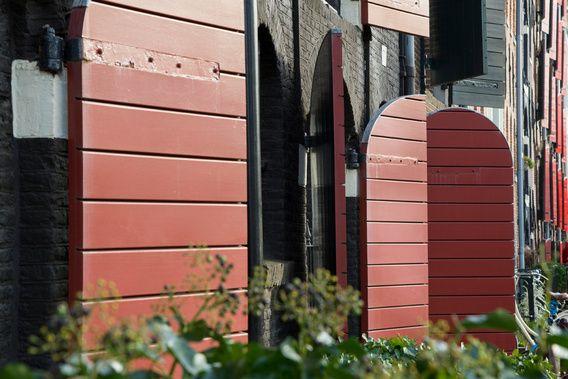 rode luiken van een pakhuis in Amsterdam