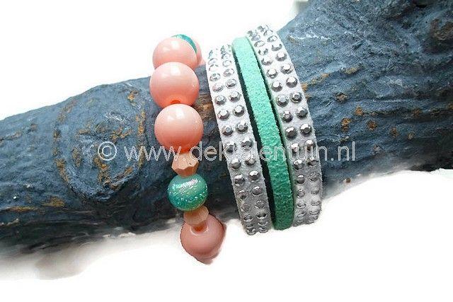 Armbanden-set voor een klein meisje. 1 armband is gemaakt van imitatie-suedekoord met studs, afgewerkt met lintklemmen en sluiting. De 2e armband is gemaakt van glaskralen en geregen op elastisch draad.