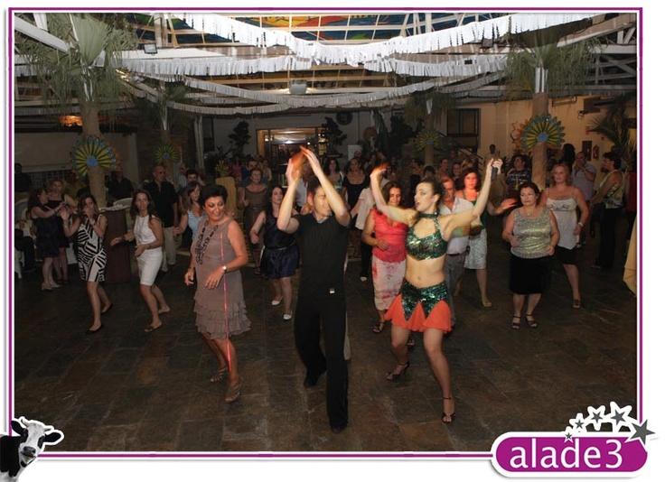 Baile durante la fiesta de carnaval organizada por alade3  www.alade3.es
