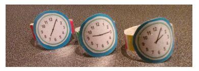 In dit spel oefenen de kinderen hun vaardigheid in het lezen van de klok met behulp van zelfgemaakte horloges. De horloges zijn gemakkelijk te maken, en de kinderen zullen het hartstikke leuk vinden om eens op een andere manier met de klok te oefenen.