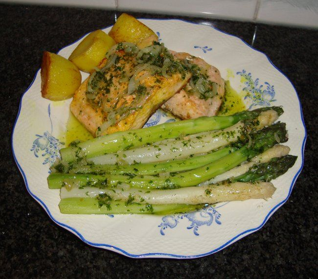 Zalmfilet gebakken op velkant met asperges en kruidenbotersaus 3