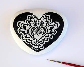 Único búho en forma de corazón, pintado a mano en roca del mediterránea. ¿Mensaje personalizado?