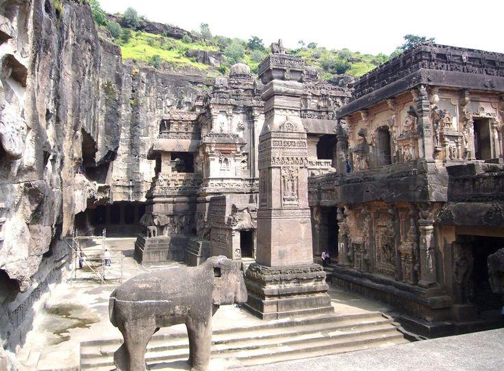 Все стены внутренних помещений пещерных храмов, площадь некоторых из которых составляет более 40 квадратных метров, украшены каменными изваяниями и барельефами сложными в своем исполнении.
