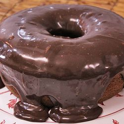 Bolo de chocolate à moda antiga com cobertura de brigadeiro
