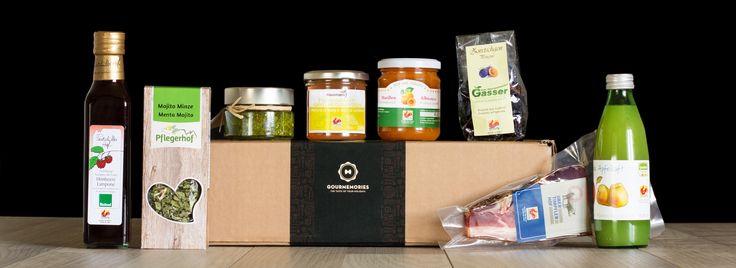 In der Südtriol-Box von Gourmemories findet ihr eine Vielfalt ehrlicher und bodenständiger Südtiroler Spezialitäten, ausgezeichnet mit dem Gütesiegel Roter Hahn