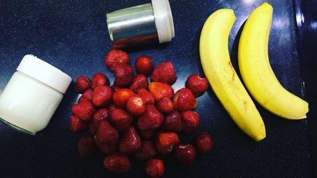 Приятное завершение сегодняшнего дня: горсть ягод клубники  два банана  баночка натурального йогурта корица Все смешать и наслаждаться приятным вкусом лета! Хорошего вечера! #рецепты_lalisea