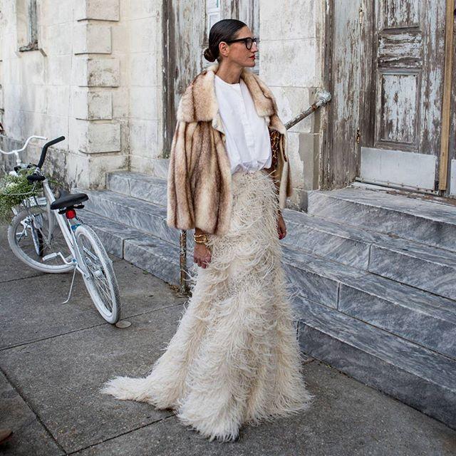 Hoy recordamos el outfit que se marcó Jenna Leyons en la boda de @beyonce IMPRESIONANTE #disoñandobodas #disoñando #bodas #wedding #jennalyons #noviasmodernas #invitadas #invitadasperfectas #fashion #style #estilo #moda #outfit #tendencia #plumas #falda #camisa #abrigo #beyoncé #streetstyle #inspiracion