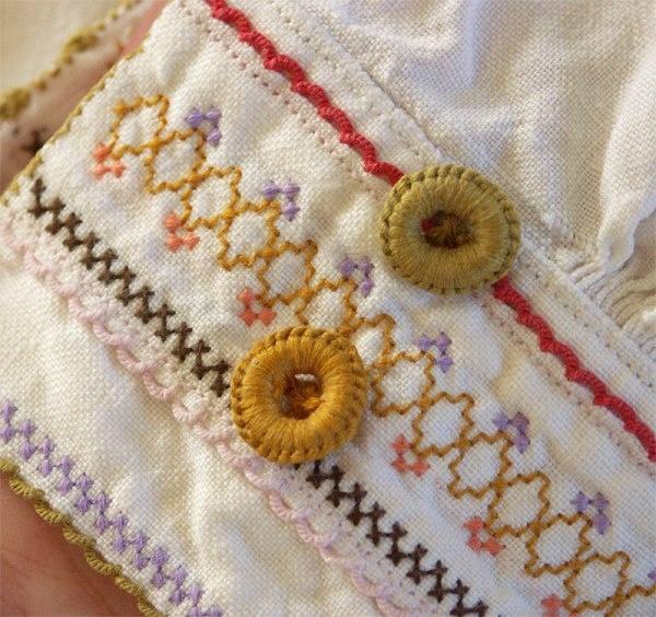 Embroidered Detail of Norwegian Bunad by Ingrid Dillekås Adelsøn  Se på denne enkle, men allikevel effektfulle skjortemansjetten fra Øst-Telemark. Sydde knapper og enkelt, men vakkert broderi.
