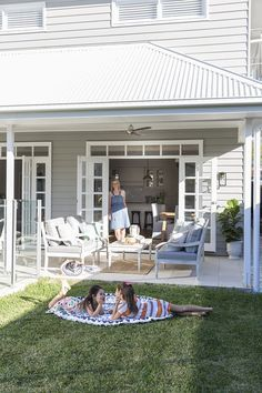 Hamptons style might reign supreme in this house, but its customised design and finishing touches add a new dimension to an eternal favourite. Words: Natasha Pavez / Photography: Elouise Van Riet-Gray…
